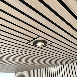 Acuwood akustikpanel med udskæring til loftslampe